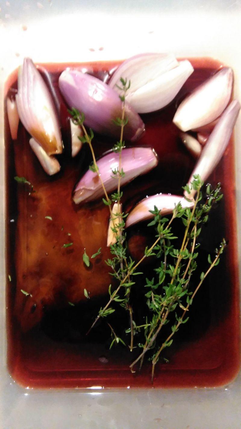 Żeberka pieczone w czerwonym winie z granatem