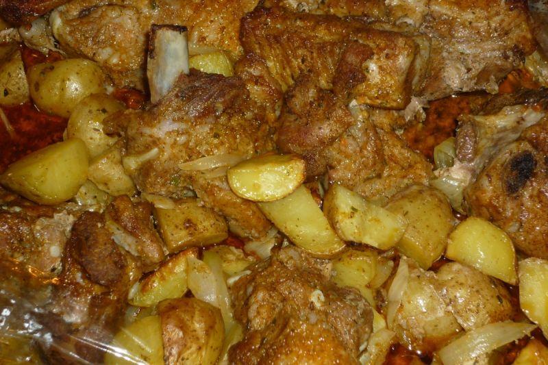 Żeberka pieczone z młodymi ziemniaczkami