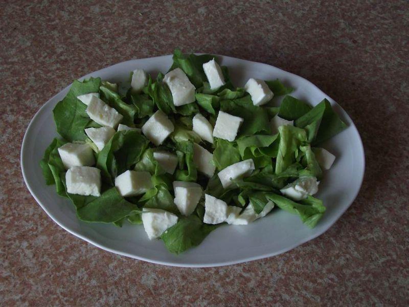 Zielona sałata z mozzarellą szynką i migdałami