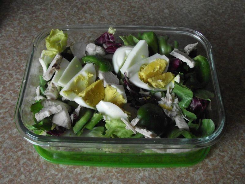 Zielona sałatka z kurczakiem i jajkiem