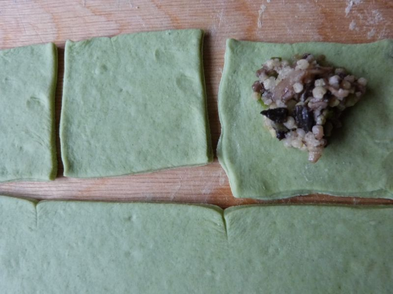 Zielone pierogi z pieczarkami i kaszą jaglaną