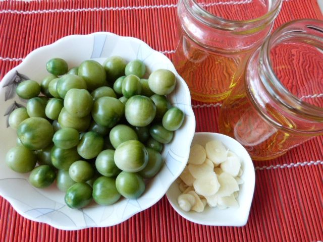 Zielone pomidorki w zalewie z olejem