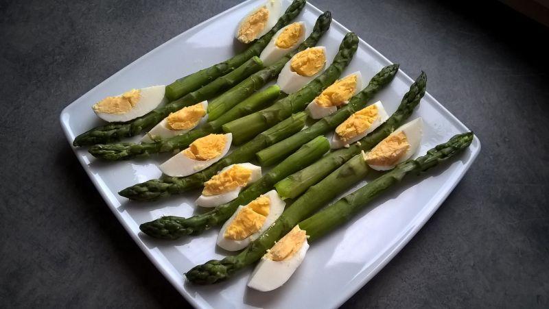 Zielone szparagi z jajkiem i rzodkiewką