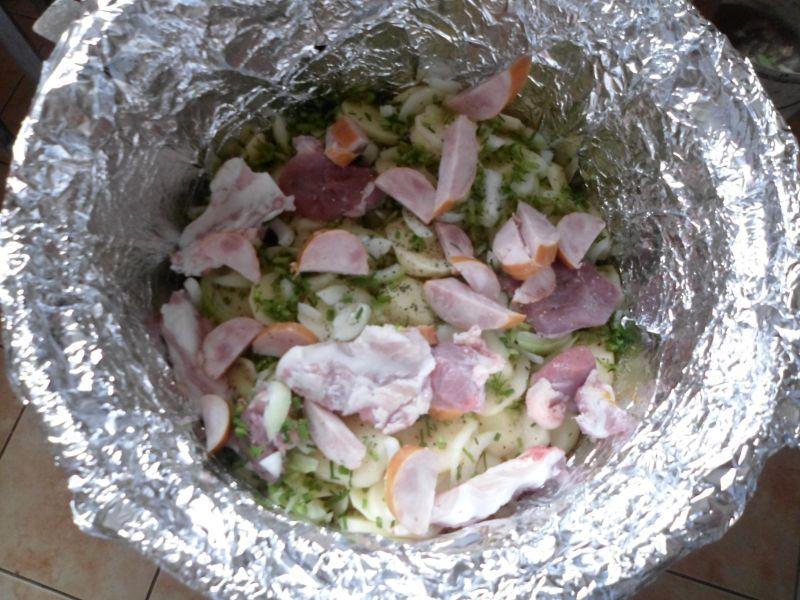Ziemniaki pieczone w kociołku na ognisku