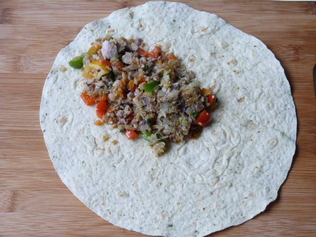 Ziołowa tortilla z warzywami i mięsem