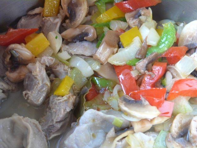 Żołądki z kurczaka z pieczarkami i papryką