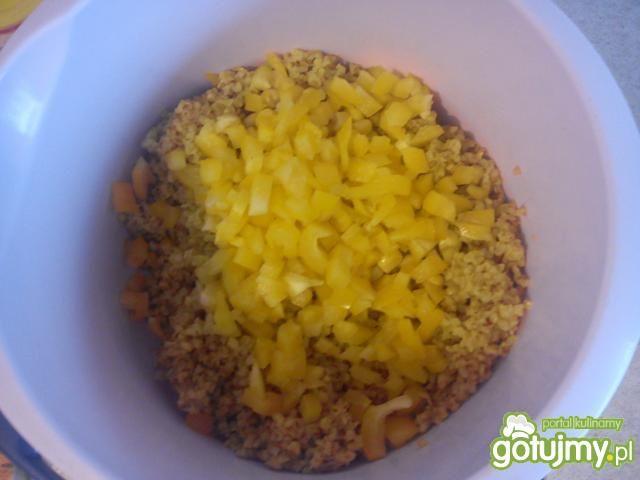 Żółta sałatka z kaszą jeczmienną