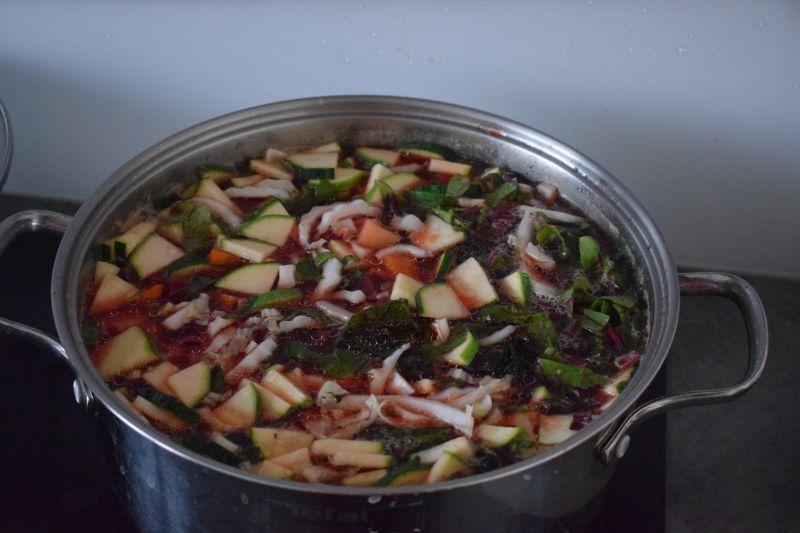 Zupa botwinkowa z cukinią i kapustą pekińską