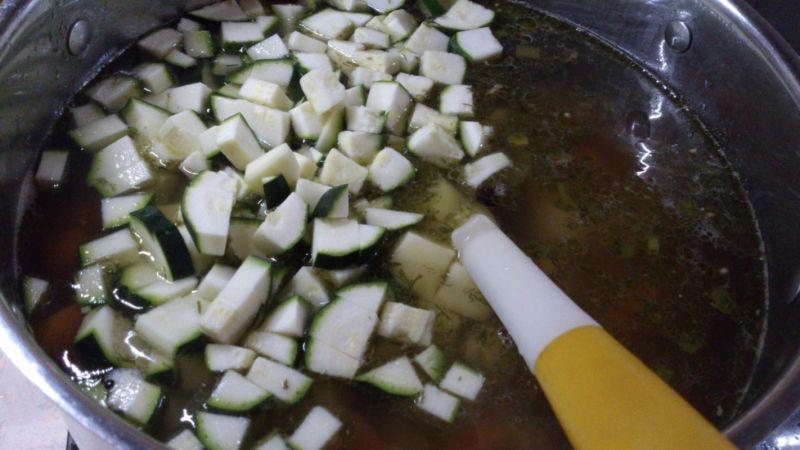 Zupa buraczkowa z cukinią i fasolą