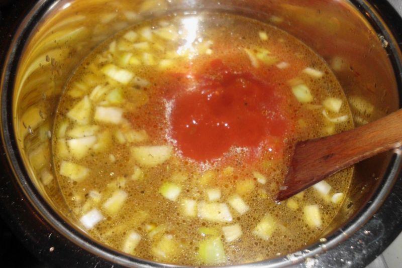 Zupa gulaszowa z cukinią