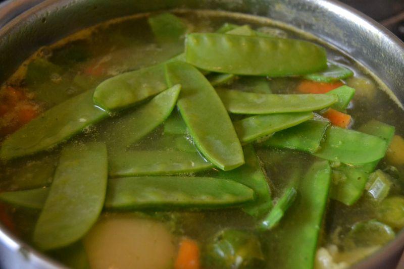 Zupa jarzynowa z groszkiem cukrowym