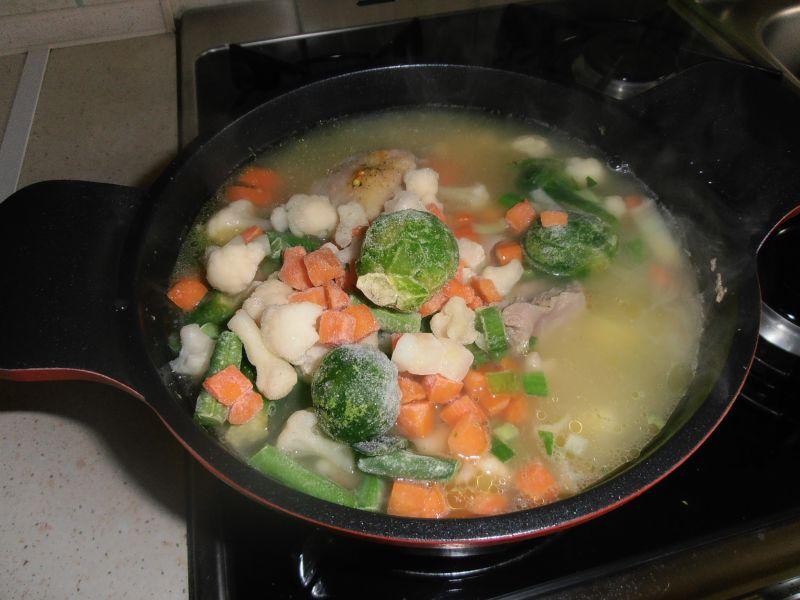 Zupa jarzynowa z parzonymi kluseczkami sezamowymi