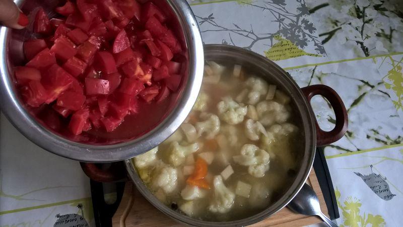 Zupa kalafiorowa z pomidorem