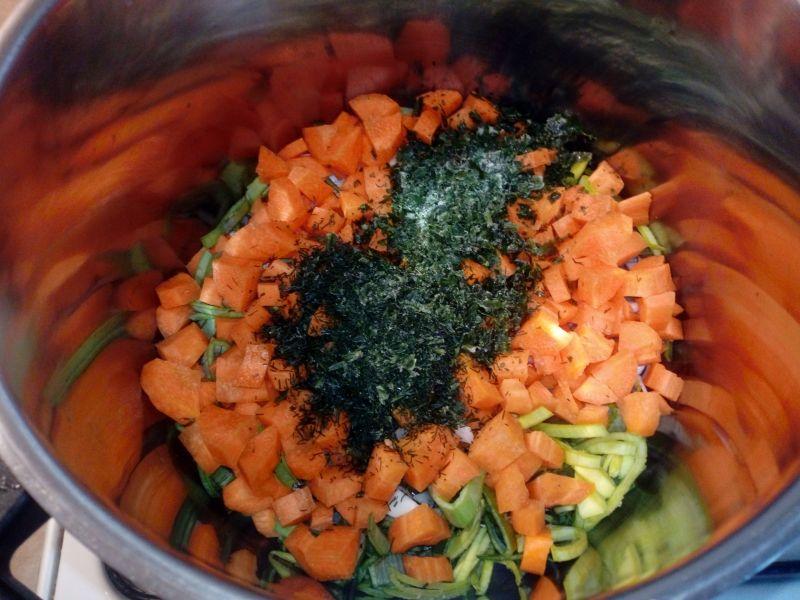 Zupa krem jarzynowy z serkiem topionym i śmietaną
