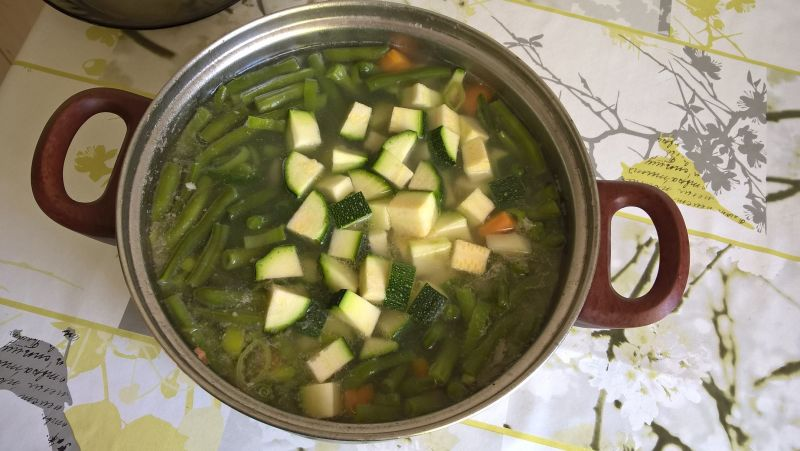 Zupa na żeberkach z fasolką szparagową i cukinią