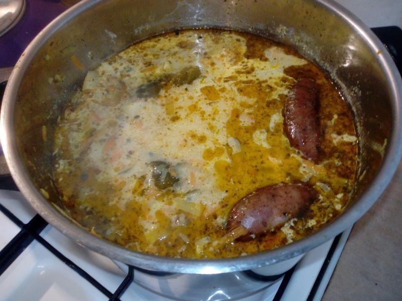 Zupa ogórkowa z kaszą i grzankami