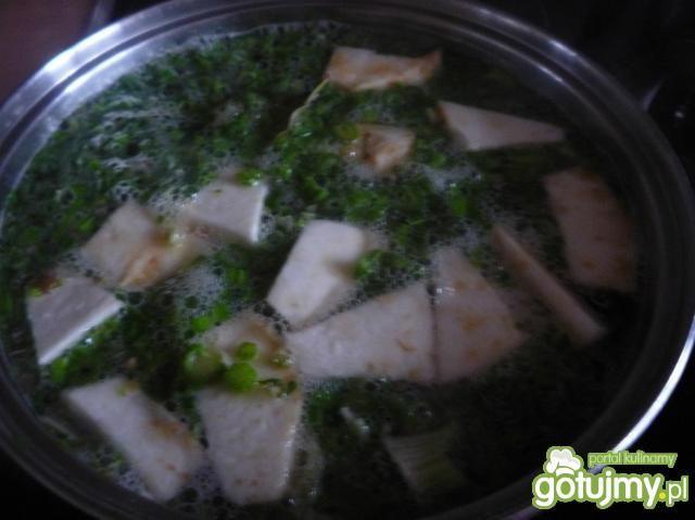Zupa selerowa z prażonymi orzechami