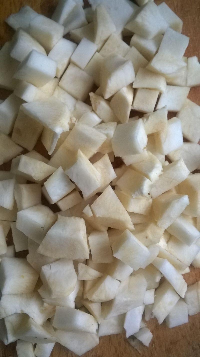 Zupa selerowa z pulpecikami i mrożonym groszkiem