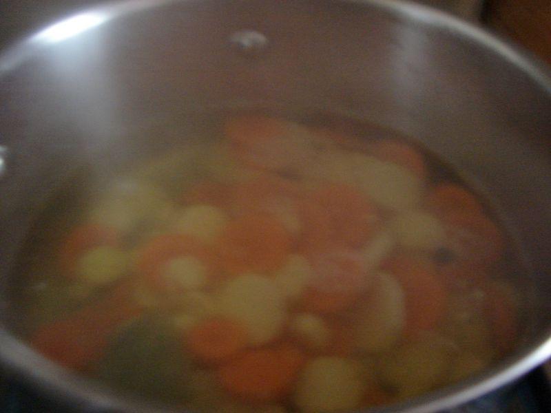 Zupa warzywna z pełnoziarnistym makaronem