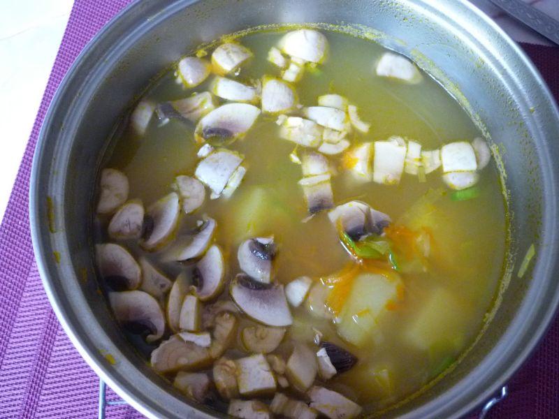 Zupa warzywna z pieczarkami