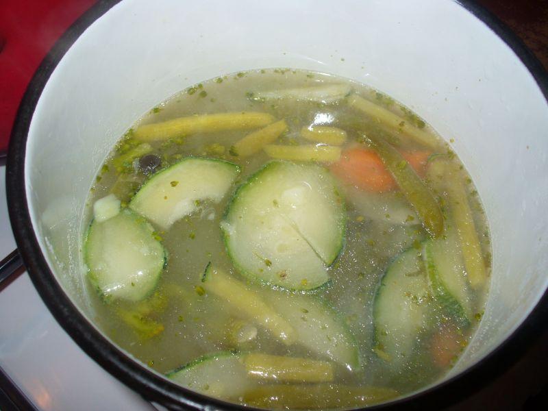 Zupa z kawałkami cukinii i ziemniakami