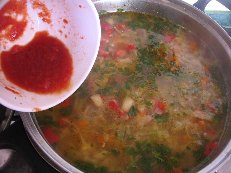 Zupa z młodej kapusty z papryką