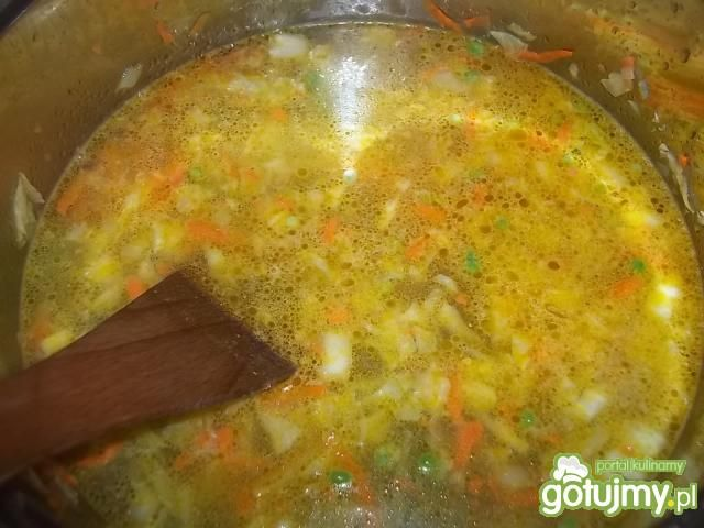 Zupa z soczewicą i zielonym groszkiem