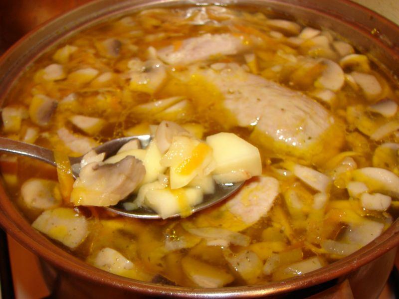 Zupa ziemniaczana z cukinią i pieczarkami