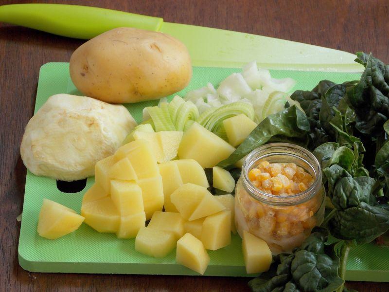 Zupa ziemniaczana  ze szpinakiem i kukurydzą