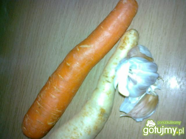 Żur z grzanką i wkładką kiełbasy