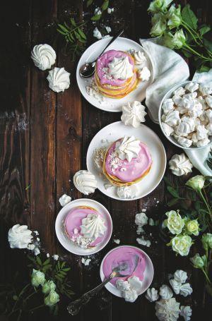 Placuszki z różowym kremem i bezami