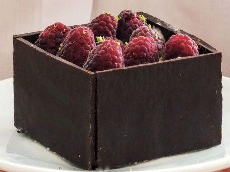Czekoladowe pudełka z musem z białej czekolady - Czekoladowe pudełka z musem z białej czekolady i malinami