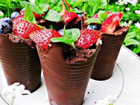 Doniczki czekoladowe z borówkami i truskawkami