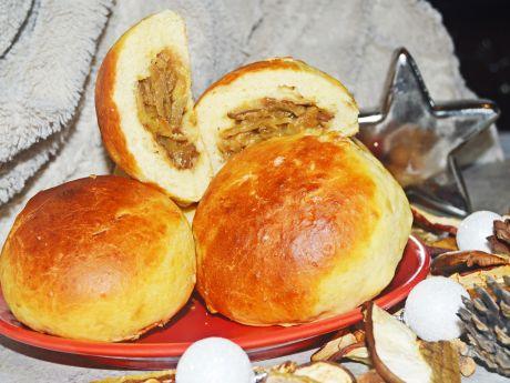 Drożdżowe bułeczki z kapustą kiszoną i grzybami
