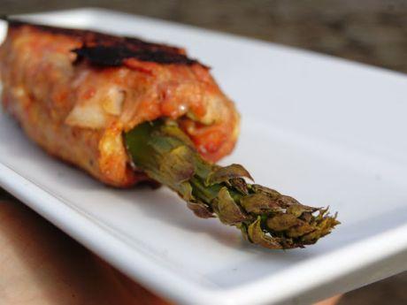 Grill: szparagi w mielonym mięsie -