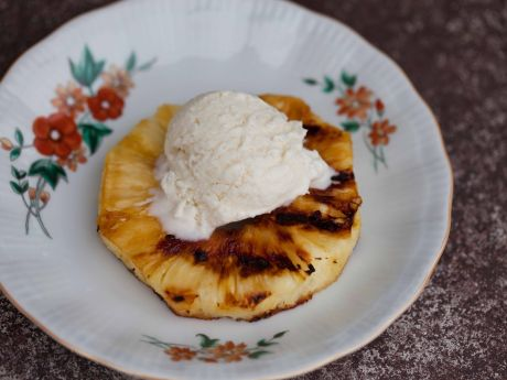Grillowany ananas z domowymi lodami kokosowymi -