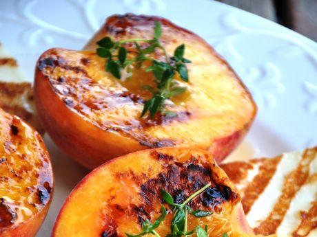 Grillowany ser halumi z brzoskwinią -