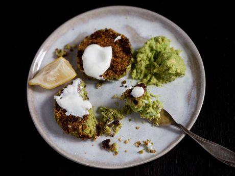 Kotleciki z brokuła i ciecierzycy z guacamole -