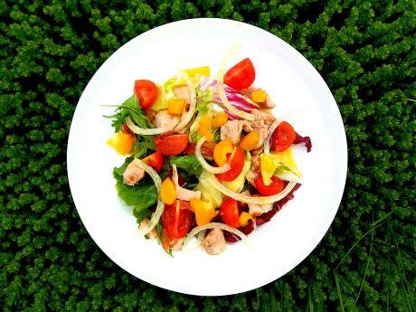 Sałatka z wędzonym kurczakiem i pomidorami