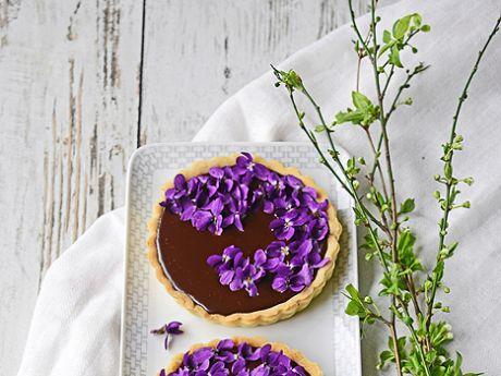 Mazurek czekoladowy z fiołkami i porzeczkami - Mazurek czekoladowy z fiołkami i porzeczkami