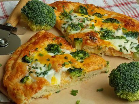 Pizza z brokułem, jajkiem na cieście ziemniaczanym