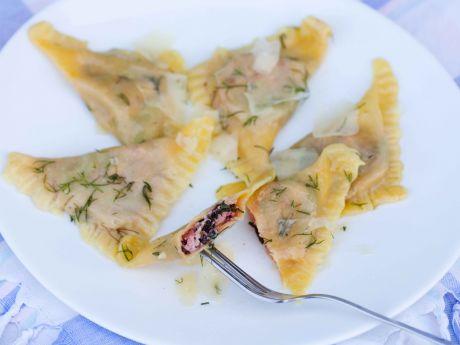 Ravioli z botwinką i serami - Ravioli z nadzieniem z botwinki i serów, podane w koperkowym maśle
