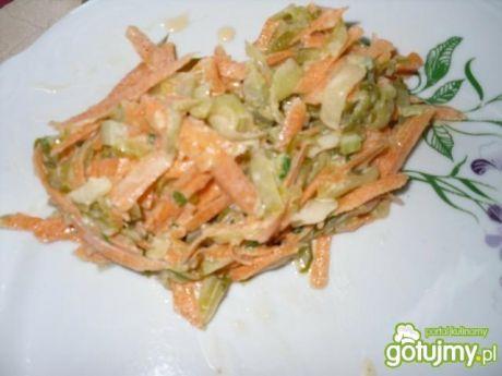 Surówka z marchewki i kiszonego ogórka