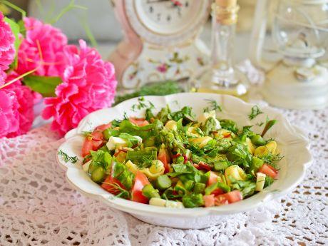 Szparagowa sałatka z tortellini i botwinką
