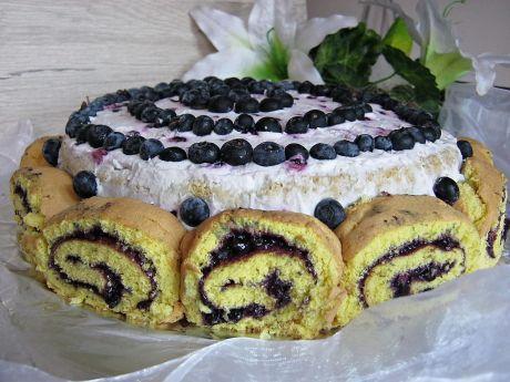 Tort jagodowy z roladkami - Tort jagodowy z roladkami - letni tort na rodzinne uroczystości