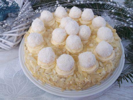Tort makowo - migdałowy z kulkami kokosowymi - Pyszny świąteczny tort makowy z kulkami.