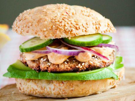 Tuńczykowy burger w sezamie  z avocado - burger z tuńczyka w sezamie, podany z avocado i jogurtowym sosem chilli