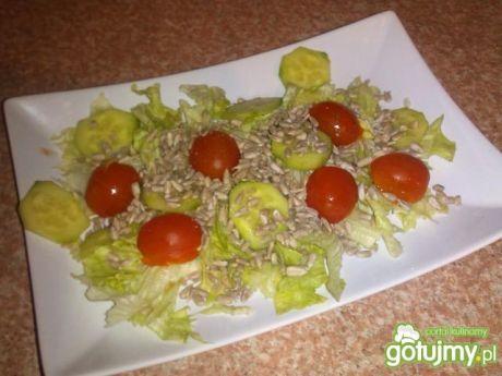Zdrowa sałatka z ziarnem słonecznika