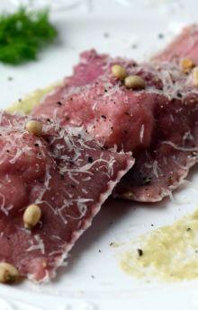 Buraczkowe ravioli z łososiem i kozim serem