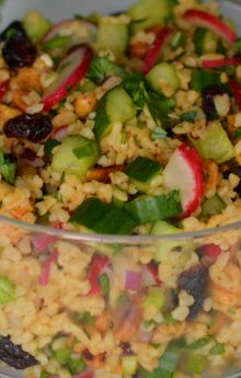 Sałatka z kurczakiem, kaszą bulgur i warzywami